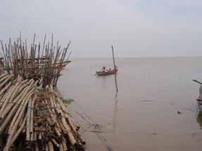 Tonle Sap tó, Kambodzsában, sok család ezeken a csónakokon éli az életét.