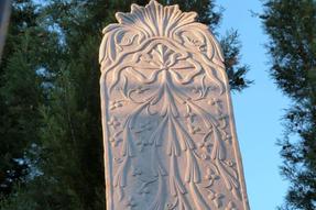 Régi sírok fenn a dombon, a Szulejmánié Dzsámi kertjében. Némelyikük művészi módon és különös aprólékossággal kifaragva.
