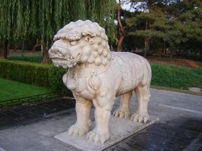 Ming-korabeli császárok temetői útvonalát őrző oroszlánok egyike-Pekingtől nem messze.