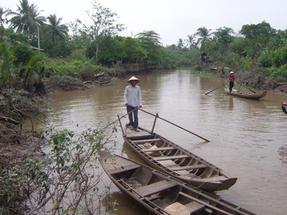 Dél-Vietnam, a Mekong egyik mellékágában.
