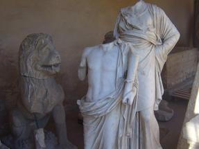 Fejveszett szobrokon merengő oroszlán az ankarai hettita-múzeumban.