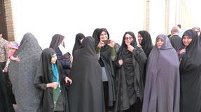 Túl a szépségverseny gyötrő kihívásain. Kashan, Észak-Irán, gyülekeznek a mecsetlátogatók.