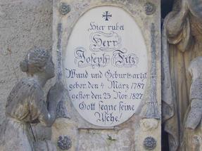 Gótbetűs síremlékek a weimari temetőben.