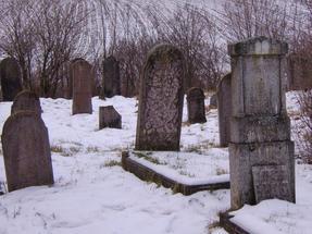 Még egy pillantás a havas erdőtarcsai temetőre.