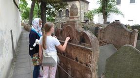 Nóri és Zita Löw rabbi sírjánál.