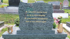 Kétvölgyi temető síremlékei az Őrségben, a sírok többsége hátat fordít a külvilágnak.