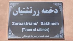 Húúú..ezt hosszú lenne elmesélni. Iránnak ezen a részén /Naín közelében/ évszázadokon át kitették az elhunytakat egy elhagyott toronyba, ahol a keselyük végezték el a fölös részek eltakarítását, és a maradék csontokat már viszonylag könnyebben lehetett tárolni…