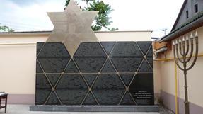 Egykoron Munkács lakosságának igen jelentéken részét tette ki az odavalósi zsidó kisebbség. Mára ez a márványfal és tábla maradt... az elhurcolásuk emlékeként.