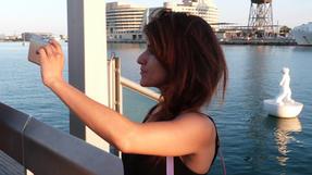 Barcelonai kikötő vízen úszó műanyagszobrocskájáról elkészül az ezredik kép.