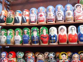 Modernkori Matrjoska-babák, mindenféle kivitelben. Az Izsák-székesegyház előtti kufártéren.