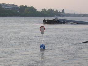 Időnként a Duna úgy ki tud áradni, hogy még az útjelző táblák jelentése is nevetségessé válik: ez történt egy évtizeddel korábban is.