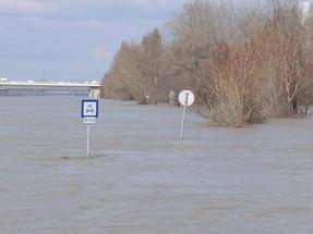 Időnként kiárad a Duna és ezt látni az alsó rakpartról.