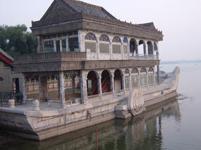 A császárné márványhajója-hogy el ne kössék az éjjel…Pekingben.