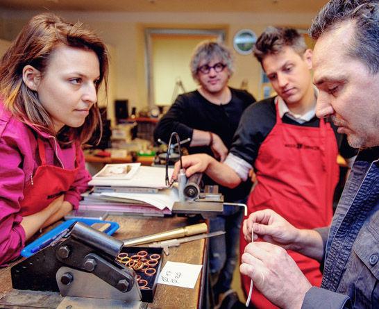 W naszej pracowni, pod opieką doświadczonych artystów złotników, narzeczeni projektują i wykonują swoje ślubne obrączki. Realizujemy również zamówienia.