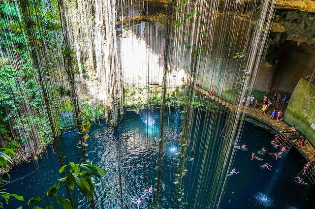 Cenote-Ik-Kil_swiming