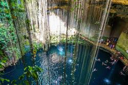Cenote-Ik-Kil_swiming