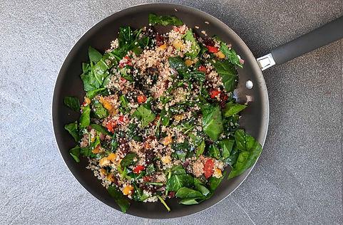 quinoa y espinacas salteadas, espinacas, quinoa, ensalda caliente, platillo vegetariano, preparación rápida