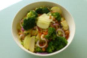 ensalada brocoli manzanas garbanzos zanahorias cebolla roja apio, ensalada, brócoli, manzana, vinagreta de yogurt, platillo vegetariano, ensalada de verduras