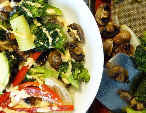 Buda bowl de verduras asadas, coliflor, arroz de coliflor, brócoli, champiñones , verduras asadas, platillo vegetariano, plato fuerte, salsa picante
