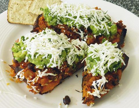 camotes rellenos de frijoles y guacamole, camote, camote relleno, frijoles, guacamole, comida vegetariana, plato vegetariano
