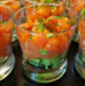 Vaso de aguacate con salmón ahumado y gelatina de toronja, gelatina de toronja, salmón ahumado, trucha, gravlax, entrada, aguacata, ensalada fria de pescado