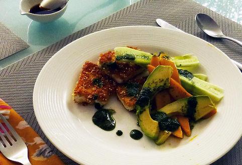 Tofu empanizado con panko y chia servido conpepino mango y aguacate con una salsa de cilantro