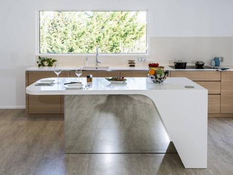 Šiuolaikiški ir šviesūs HI-MACS® virtuvės baldai