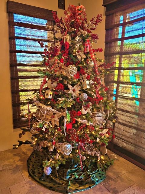stunning traditional Christmas tree deco