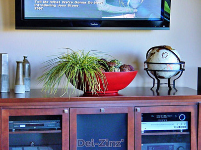 entertainment-centerpiece-with-balls-and-faux-grass