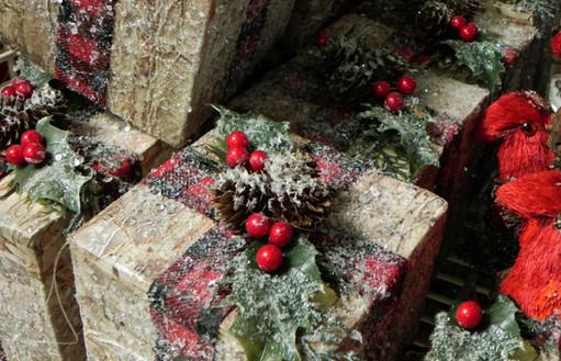 berry-gift-box-Christmas-ornament