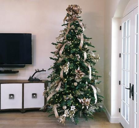 8-foot-prelit-Christmas-tree