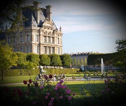 Re-découvrez le jardin des Tuileries, véritable musée à ciel ouvert et aidez un milliardaire russe à boucler le dossier de son architecte en résolvant des énigmes. L'aventure démarre à l'Arc de Triomphe en face du musée du Louvre.               Des énigmes vous accompagneront durant ce jeu de piste au Jardin des Tuileries.