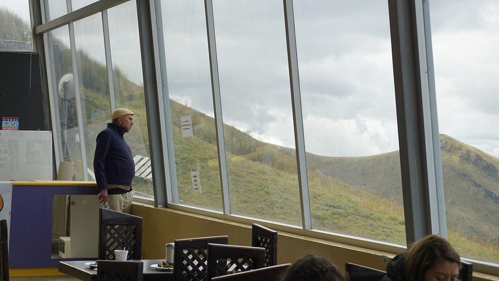 Ron admire la vue de Quito