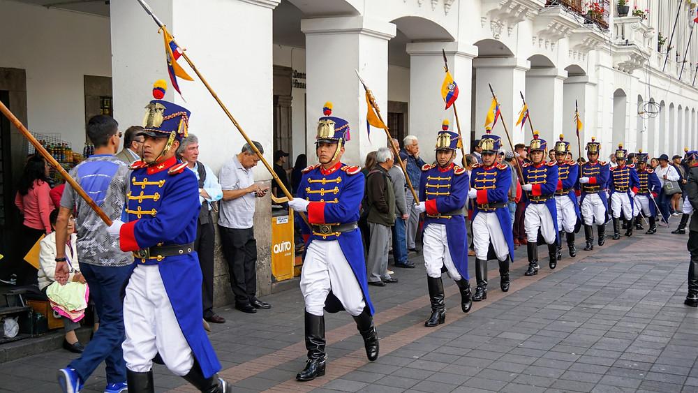 Relève de la Garde à la plaza grande, Quito, Equateur