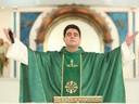 Hacker que extorquiu padre Robson tinha um romance com ele, relata decisão