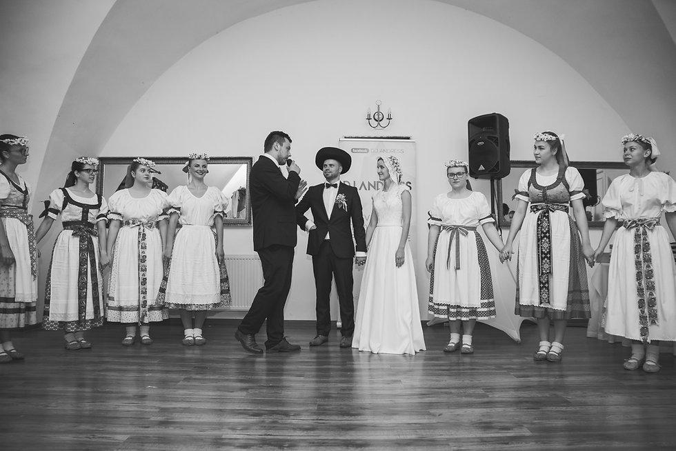 starejší a profesionálny moderátor na svadbu