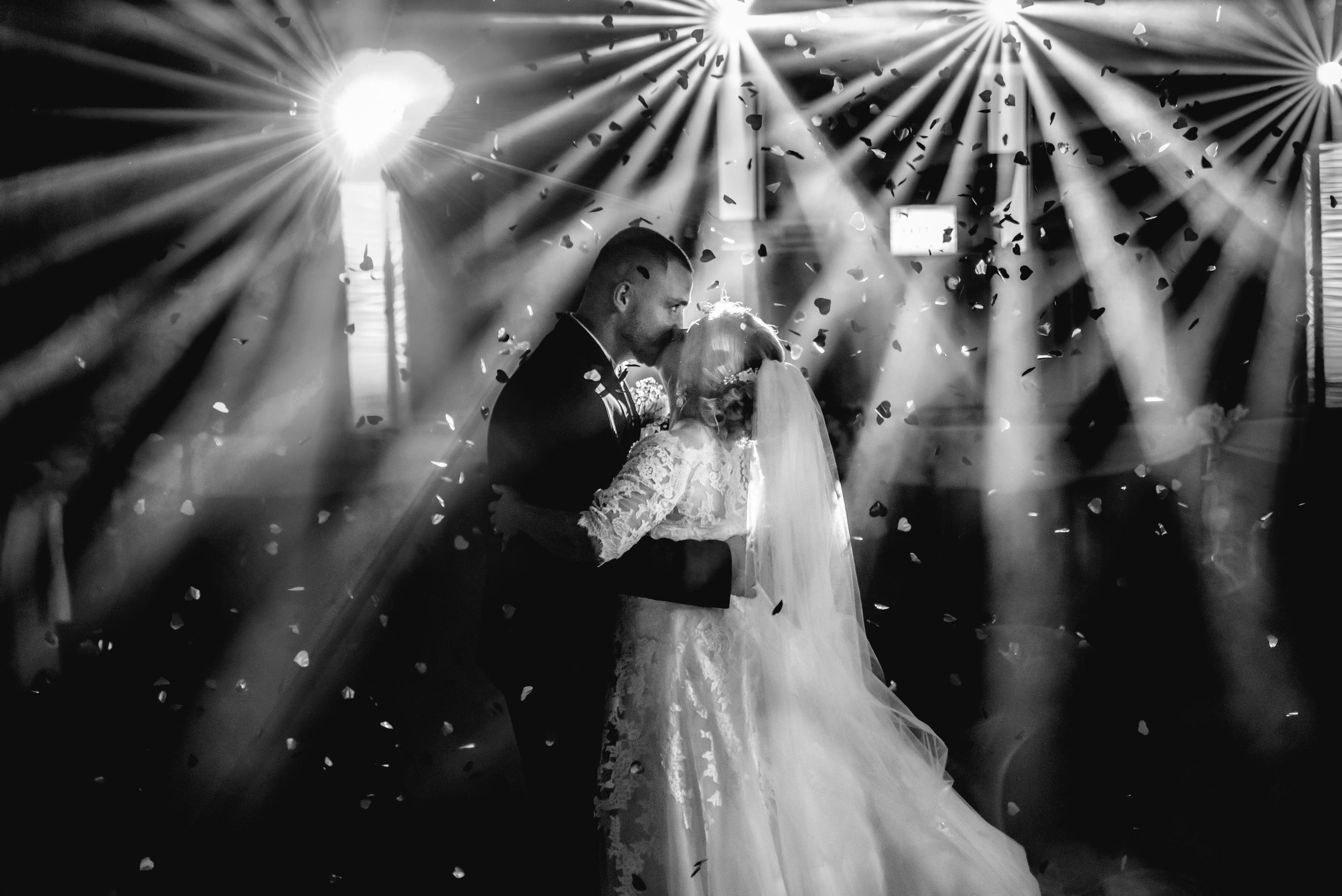 svadobný dj v kultúrnom dome  špeciálne efekty s osvetlením tanečného parketu a iskriace fontánky