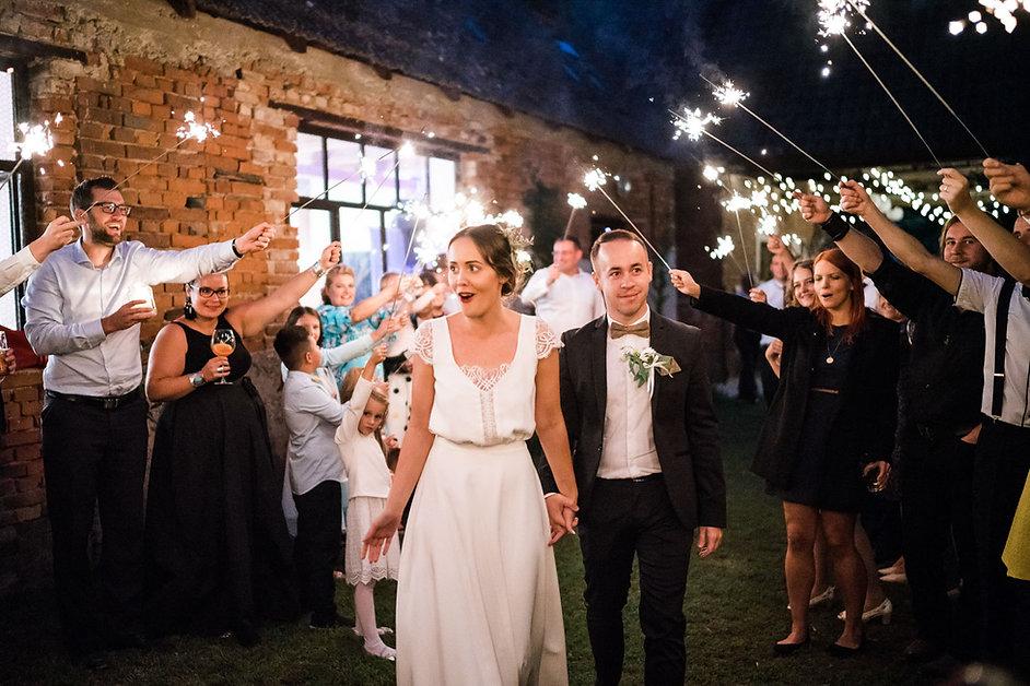 špeciálne efekty na svadbu s prskavkami plazivý dym a bublinkovač