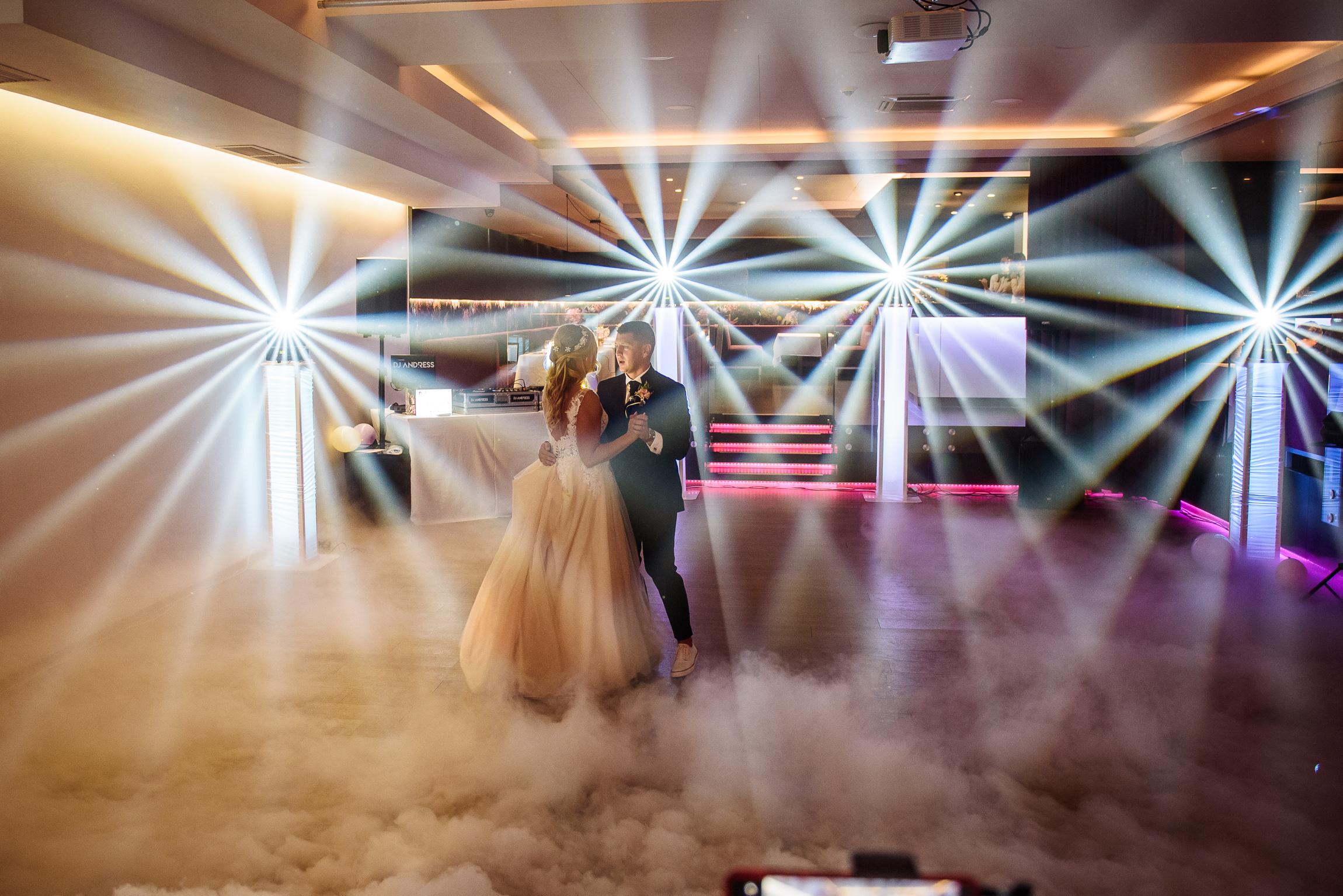 svadba v Martine na krásnom mieste Hotela Turiec a prvý tanec novomanželov s prízemným dymom