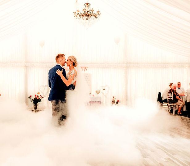 prvý tanec novomanželov so špecialnými efektami s prízemným dymom v svadobnom stane