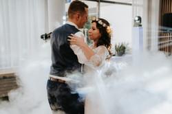 prvý tanec novomanželov so špeciálnymi efektami a prízemným dymom na svadbe v Hotel Turiec
