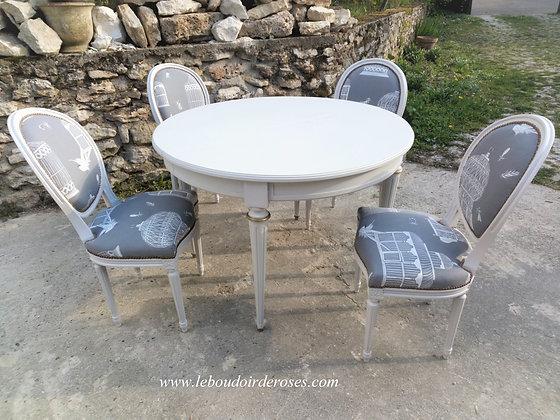 Table ronde patinée gris clair et chaises tapissées style Louis XVI