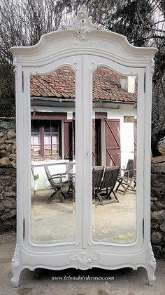 Armoire ancienne, portes miroirs, intérieur tapissé, jolies moulures, patinée blanc, style Louis XV