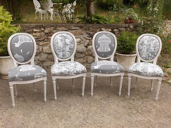 Chaise médaillon tapissée ancienne, patinée blanc lin vieilli, tissu cage aux oiseaux gris, style Louis XVI, en hêtre massif