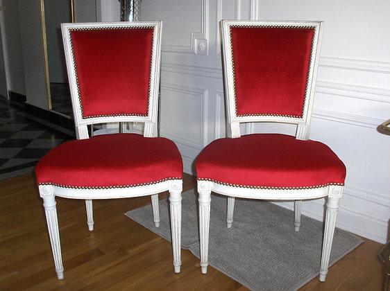 Chaise à hotte tapissée ancienne, patinée blanc lin, tissu velour rouge, style Louis XVI, en hêtre massif.