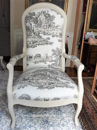 Fauteuil Voltaire tapissé ancien, patiné blanc lin, tissu toile de Jouy, en hêtre massif