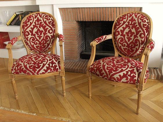 Fauteuil cabriolet tapissé ancien, patine bois antiquaire, tissu lin-rouge à formes, style Louis XV, en hêtre massif