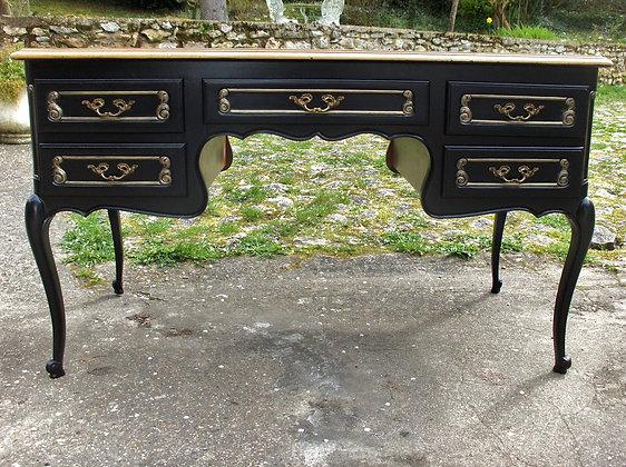 Bureau ancien, nombreux tiroirs, patiné noir et contours bronze, plateau bois, poignées bronze, style Louis XV, merisier.
