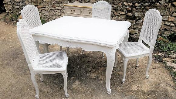 Table rectangulaire patinée blanc avec 4 chaises cannées style Régence