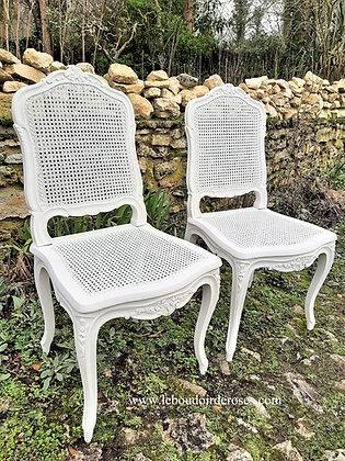 Chaise cannée ancienne style Louis XV patinée blanc